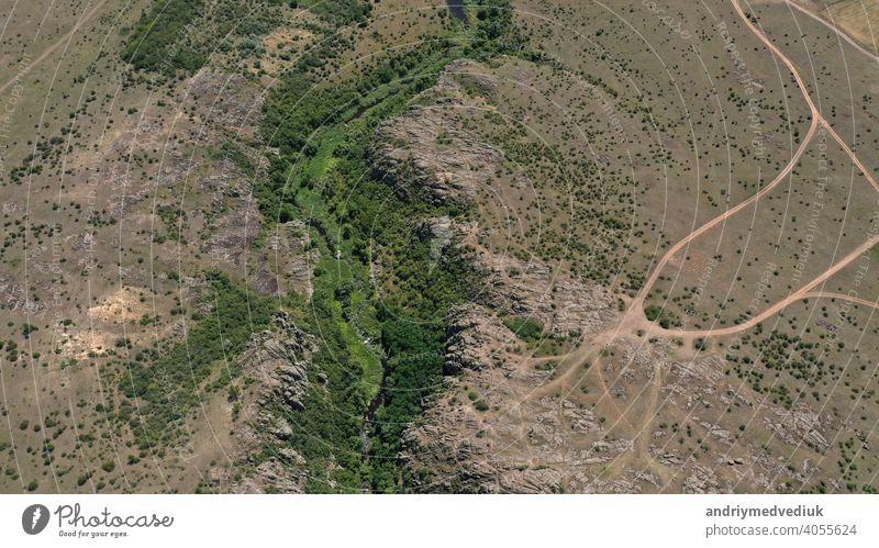Luftaufnahme der Texturen und Muster der Felsen und des Bergflusses mit Gräben und Grün Berge u. Gebirge Ansicht Antenne oben Tourismus Natur Tal Landschaft