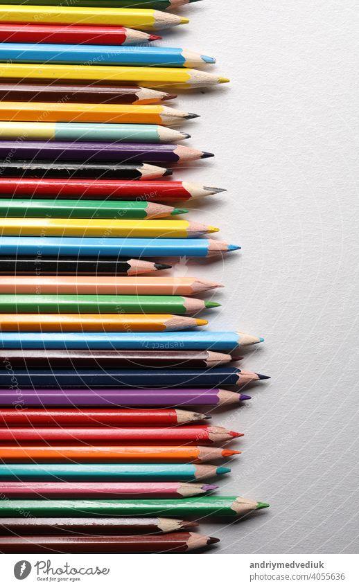 Buntstifte Set, Reihe hölzerne Buntstifte isoliert auf weißem Hintergrund. Buntstifte zum Zeichnen. copy space Farbe vereinzelt nach oben schließen Stifte Holz