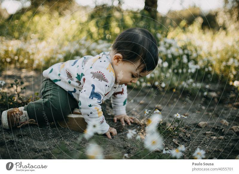 Kind spielt im Freien Kindheit Spielen Natur authentisch Frühling Frühlingsgefühle Mensch Glück Lifestyle Kaukasier Fröhlichkeit Freude Tag Farbfoto