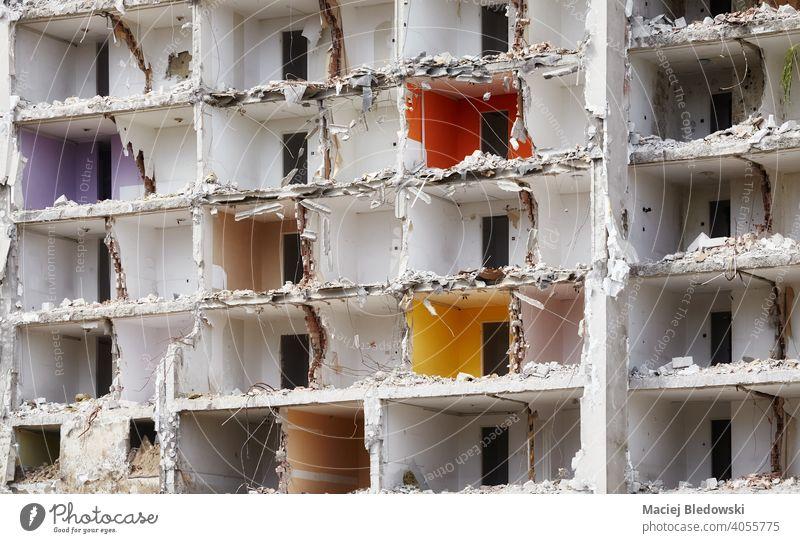 Zerstörtes Wohnhaus ohne Frontwand. Appartement Gebäude zerstört Abriss Explosion Hintergrund Versicherung Industrie Zerstörung Haus Erdbeben Krieg Ruine
