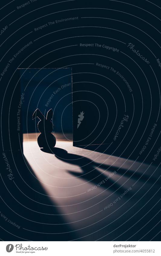 Osterhase aus Karton von hinten angeleuchtet mit langem Schatten II Ostern Ostermontag Ostergeschenk Osterwunsch osterwetter Dekoration & Verzierung