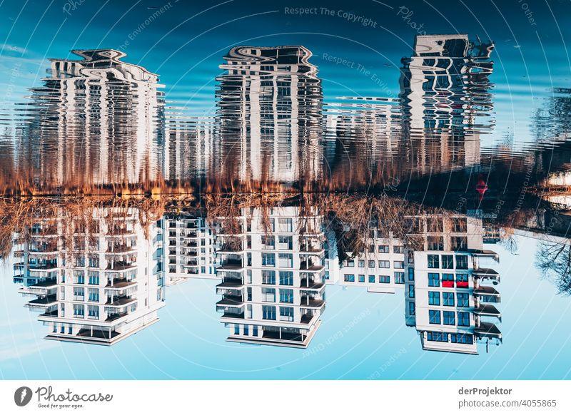 Wohngebäude, die sich in der Spree spiegelverkehrt spiegeln touristisch mehrfarbig Textfreiraum Mitte Reflexion & Spiegelung Bauwerk Hauptstadt Architektur