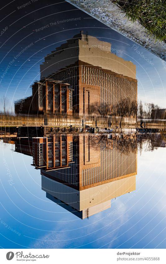 Gebäude am Spreeboard, was sich in der Spree spiegelverkehrt spiegelt touristisch mehrfarbig Textfreiraum Mitte Reflexion & Spiegelung Bauwerk Hauptstadt