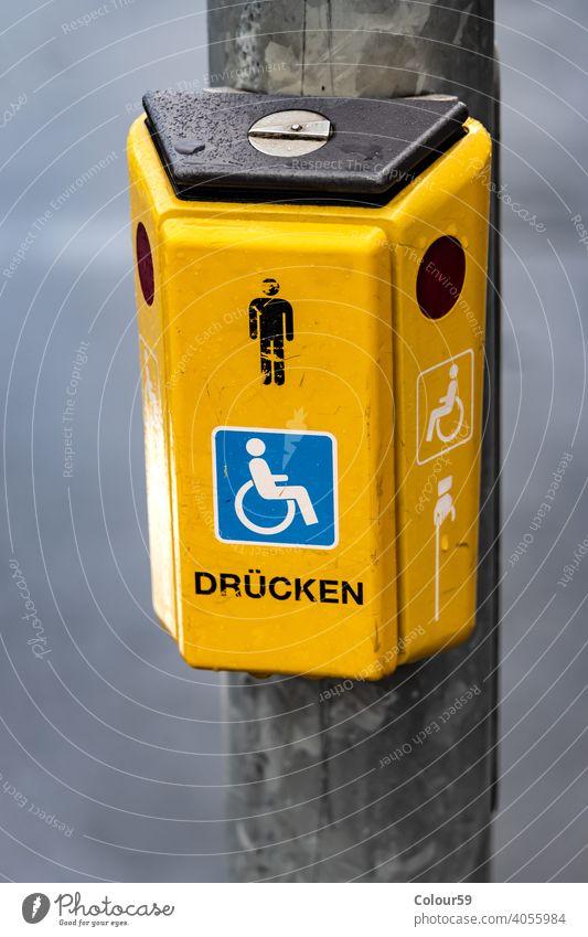 Taster an einer Ampel Verkehr gelb Kasten Symbol Zeichen Sicherheit Licht Großstadt Straße stoppen sicher Schaltfläche PKW Kontrolle urban signalisieren