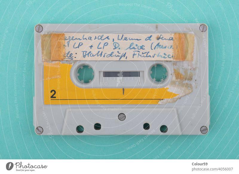 Selbstbeschriftetes altes Tonband blau Hallo Klang verwendet Kassette Klebeband stereo vereinzelt Audio analog Musik blanko Medien retro zuhören Kunststoff