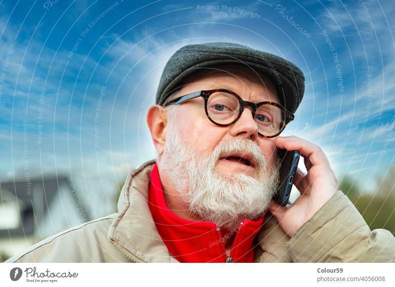 Senior benutzt Mobiltelefon auf dem Heimweg Bekleidung Gesicht reden Telefon Blick Freizeit Jacke reif Europäer Park Lächeln attraktiv männlich Winter Zelle