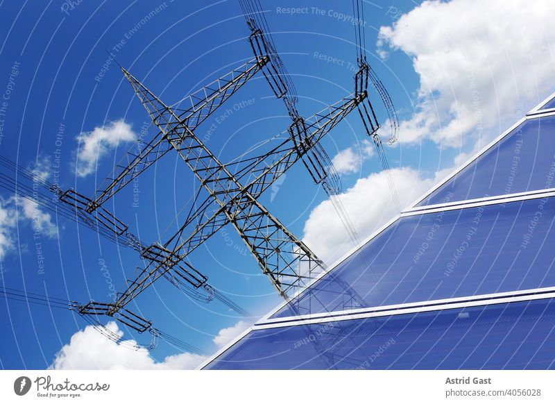 Umweltfreundliche Stromerzeugung durch Solarenergie strom Strommast solar Solaranlage photovoltaik Dach hausdach Paneele Energie Kraft elektrizität Sonne Mast