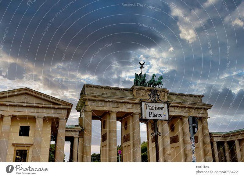 Berlin| Place du Préservatif | Pariser Platz Deutschland Hauptstadt Brandenburger Tor Quadriga Wahrzeichen Sehenswürdigkeit historisch Architektur Stadtzentrum