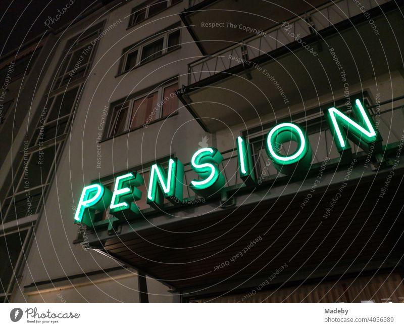Grüner Neonschriftzug in der Nacht am Balkon einer Pension im Westend von Frankfurt am Main in Hessen Hotel Bleibe Herberge Übernachtung Neonbeleuchtung