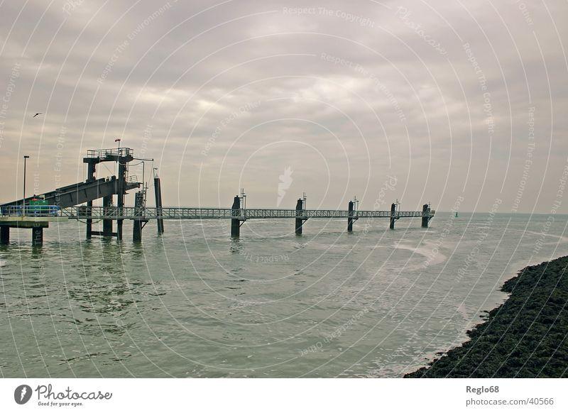 Bedrohliche Stimmung auf Borkum Himmel Wolken Stimmung Insel bedrohlich Anlegestelle Nordsee bedecken schlechtes Wetter Borkum