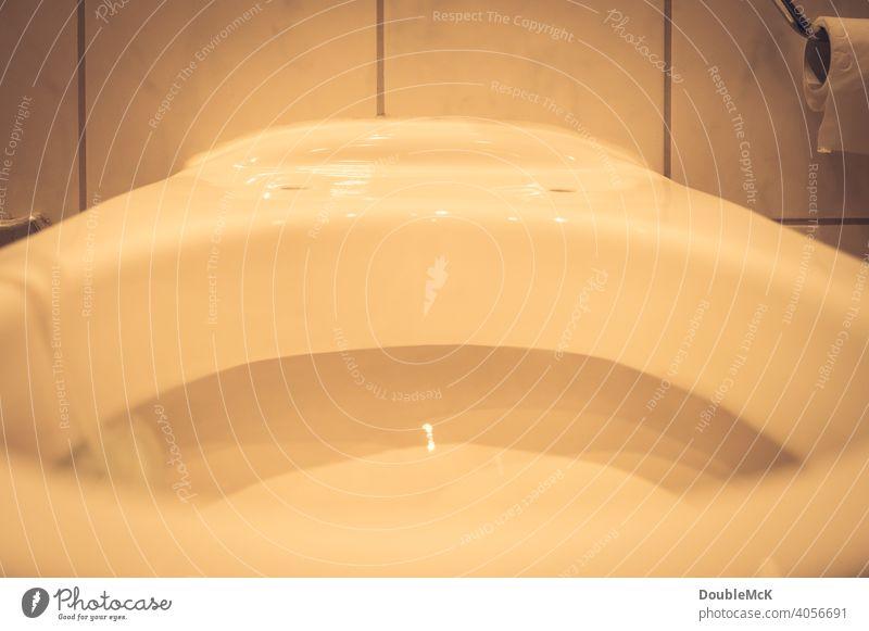Eine Toilettenschüssel ohne Klodeckel und Klobrille im Detail Bad Farbfoto Toilettenmontage Montage Fliesen u. Kacheln Reparatur reparieren Innenaufnahme