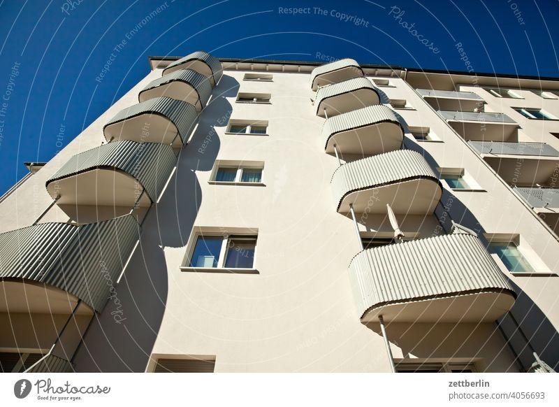 Innerstädtisches Wohnen altbau außen brandmauer fassade fenster haus himmel himmelblau hinterhaus hinterhof innenhof innenstadt mehrfamilienhaus menschenleer