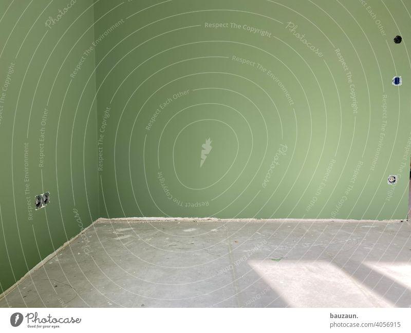 grün. Baustelle Energie Handwerk Menschenleer Wand Renovieren Modernisierung Altbau Sanieren Raum Innenarchitektur Altbauwohnung Bodenbelag Maler Fenster