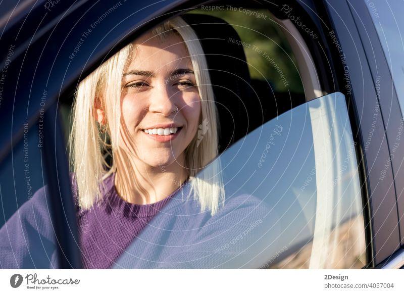 Junge lächelnde Frau lenkt Auto bei Sonnenuntergang Person mieten Einstellung Versicherung Besitzer Sicherheit gelungen Prüfung PKW Fahrer Fröhlichkeit freudig