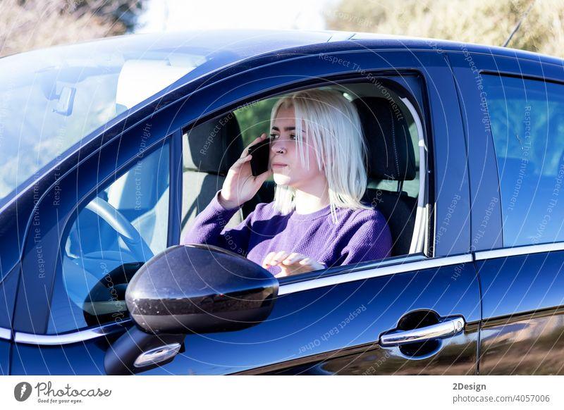 Junge Frau chattet auf ihrem Handy Person PKW Telefon Mitteilung ernst Automobil Business Anruf Laufwerk Fahrer Technik & Technologie Mobile reden sprechend
