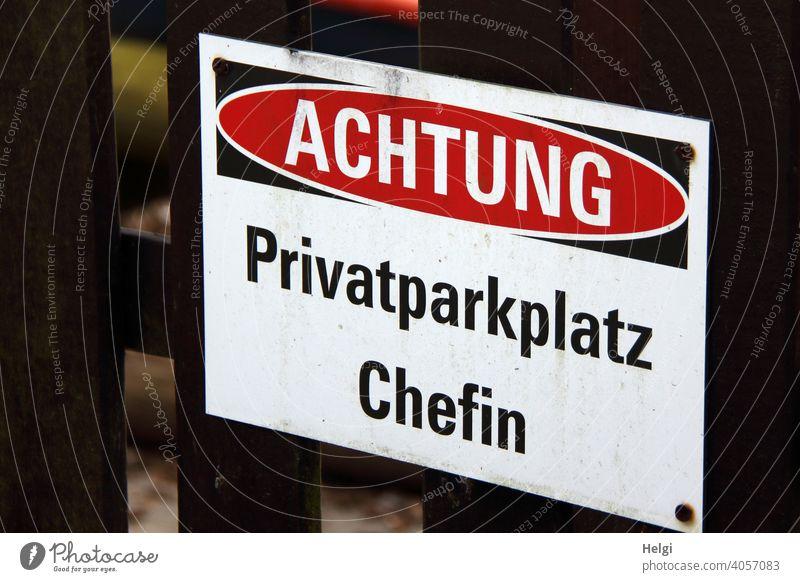 sonst keiner! - Achtung! Privatparkplatz Chefin steht auf einem Schild am Zaun Parkplatz Schrift Warnung Buchstaben Wort Schilder & Markierungen Hinweisschild