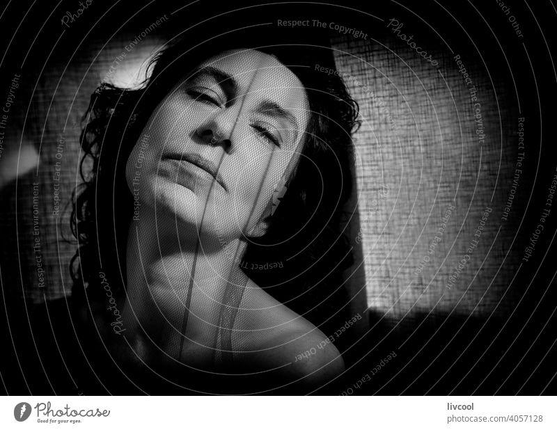 Frau unter einem schwarzen Tüll brünett weiblicher Blick rätselhaft Schönheit reif Porträt echte Menschen Lifestyle attraktiv Licht Reife Stein unten