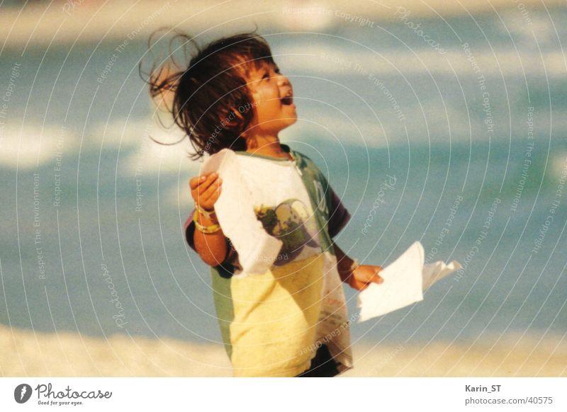 Thailand - Staunendes Mädchen Kind Ferien & Urlaub & Reisen Meer Strand Blatt Sand Wind Asien Mensch staunen