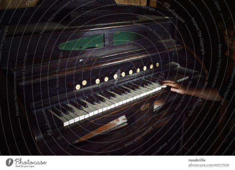 altes Klavier mit vielen weißen Tasten und schwarzen in den | Zwischenräumen antik Hand dunkel düster Vergangenheit damals Musik spielen Klaviermusik