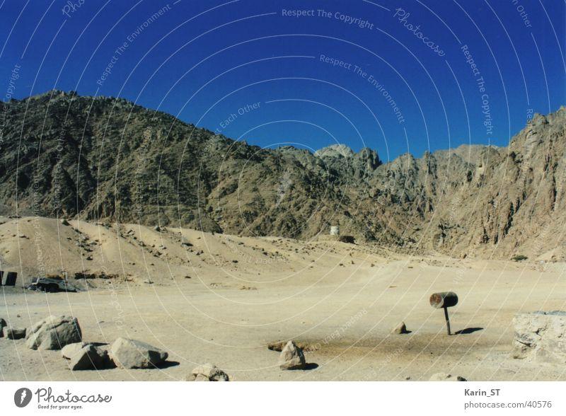 Briefkasten in der Wüste blau Ferien & Urlaub & Reisen Einsamkeit Ferne Stein Sand Zufriedenheit Afrika Blauer Himmel Ägypten Hurghada Rotes Meer