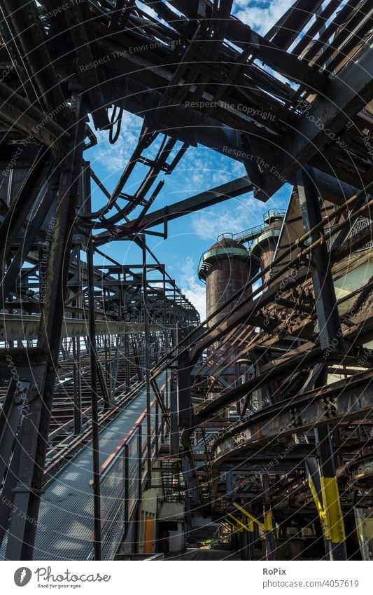 Erzaufzug in einem historischen Stahlwerk. Industrie Zeche Kokerei Industrieanlage Architektur Bergbau Technik Infrastruktur Stadt Ofen Ruhrgebiet urban Kohle