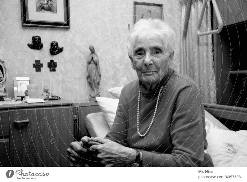 Erinnerung. Großmutter Oma alt Generation Großeltern Pflege Seniorenheim grau grauhaarig Gesundheit Krankenpflege Erschöpfung Müdigkeit 60 und älter Leben