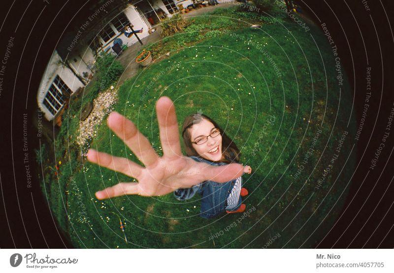 Teenager streckt die Hand nach oben feminin Garten Finger Mädchen Wiese Haus Brille langhaarig stehen lachen Lächeln Freundlichkeit Glück Lebensfreude frech 5