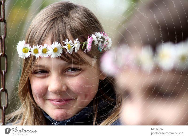 Junges Mädchen steht kurz vor einem Lachanfall Jugendliche Blumenkranz Sommer Haare & Frisuren Blüte authentisch natürlich Gefühle Lebensfreude frisch schön