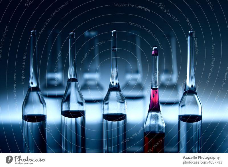 Vaccie-Röhrchen in blau. Ampullen in blau monochrom mit selektiver Farbe. abstrakt Unterstützung Krankenwagen Biologie Chemie Klinik abschließen Container