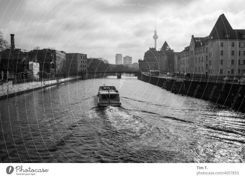 ein Fahrgastschiff auf der Spree am frühen Morgen in Berlin Fernsehturm s/w morgens Stadt Mitte Hauptstadt Stadtzentrum Außenaufnahme Architektur Menschenleer
