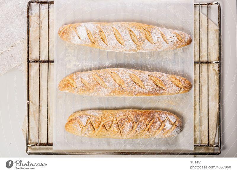 Hausgemachte frische, leckere Sauerteigbaguettes. Selbstgebackenes Brot. Ansicht von oben selbstgemacht mit feuchtem Mund Sauerteigbrot Baguette selbstgebacken