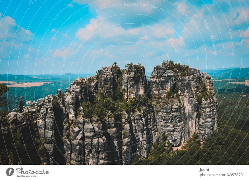 Schroffe Struktur der Berge im Elbsandsteingebirge Berge u. Gebirge Bergsteigen Berghang Bergkette Bergsteiger Klettern Kletterwand Klettersteig Felsen Felswand
