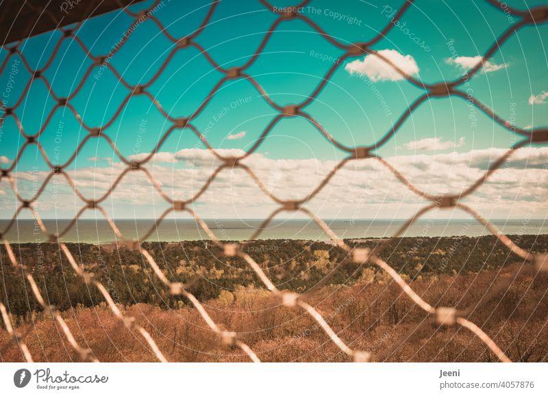 Der Freiheit so nah und doch so fern Wasser Meer Zaun eingesperrt eingeschlossen Gitter Maschendrahtzaun Himmel blau Blauer Himmel Wolken weiß Weite gefangen