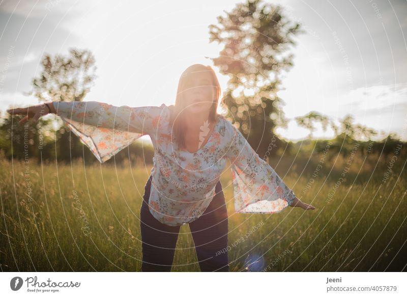 Fröhliche Frau breitet ihre Arme aus als würde sie fliegen und gibt einen Luftkuss Fröhlichkeit fröhlich 30-45 Jahre Kuss Kussmund 1 jung weiblich Lächeln