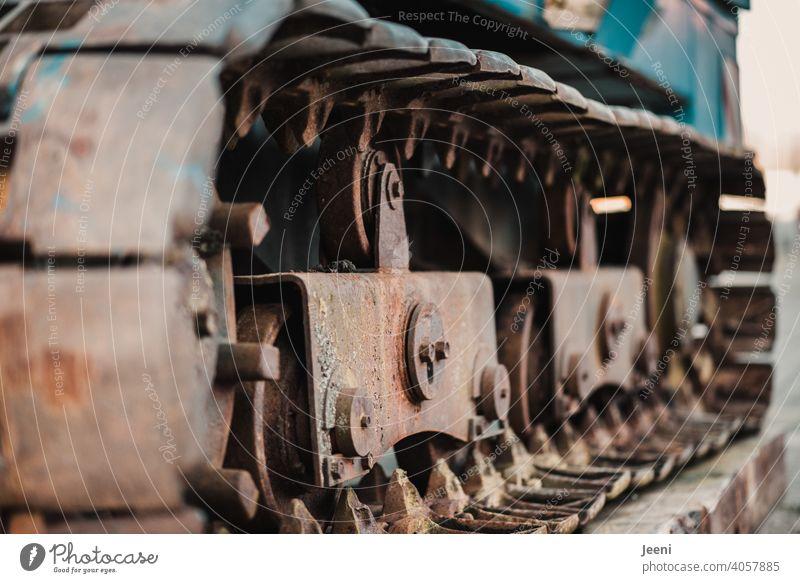 Details der Kette eines Kettenbaggers in Nahaufnahme Kettenglieder alt verrostet Baumaschine Maschine Ungeheuer Monster Demontage zerstören bewegen Bewegung