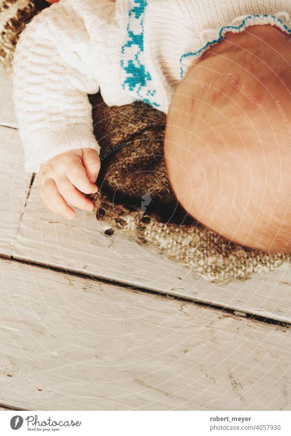 Baby schläft auf einer Decke Erholung Niedlichkeit Bodenbelag Holz neugeboren Junge wenig Säugling Kind niedlich Kindheit bezaubernd schön menschlich jung klein