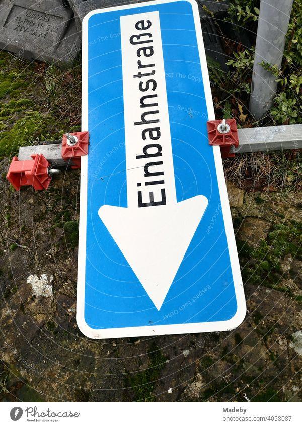 Umgestürztes temporäres Verkehrszeichen an einer Einbahnstraße an einer Baustelle in Oerlinghausen bei Bielefeld am Hermannsweg im Teutoburger Wald in Ostwestfalen-Lippe