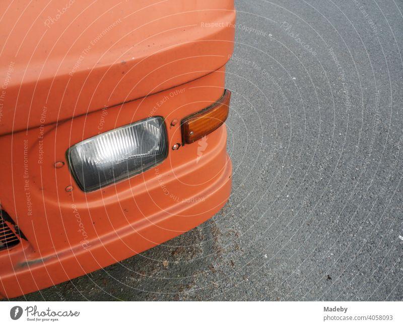 Zum Wohnmobil umgebautes und Orange lackiertes amerikanisches Paketauto in Oerlinghausen bei Bielefeld am Hermannsweg im Teutoburger Wald in Ostwestfalen-Lippe