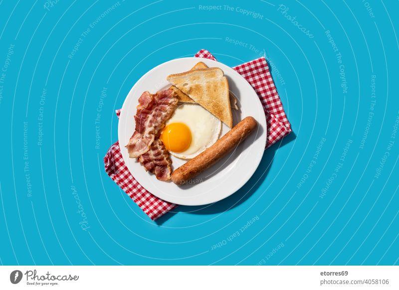 Traditionelles amerikanisches Frühstück auf blauem Hintergrund amrican Speck Brot Speise Ei Fett Lebensmittel gebraten Ernährung Teller Protein Wurstwaren