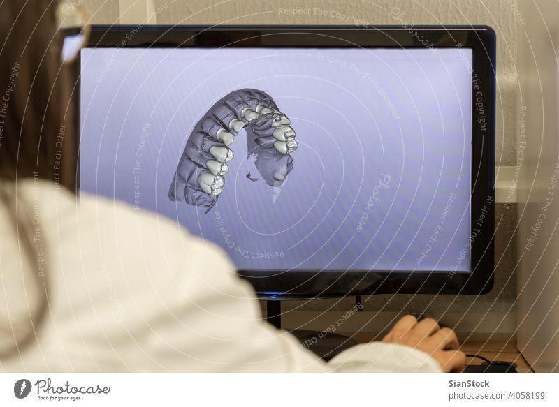 Frau arbeitet am Computer mit zahnmedizinischer Softwareplattform dental Zahnarzt Techniker 3d programmieren neu Projekt Design Zahnmedizin Gesundheit