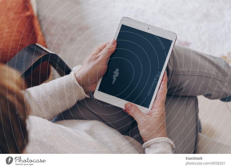 Ältere Frau mit Tablette Mitte Lebensalter Person Technik & Technologie gealtert Blick Internet Draufsicht Teppich Business lesen digital älter Bildschirm weiß