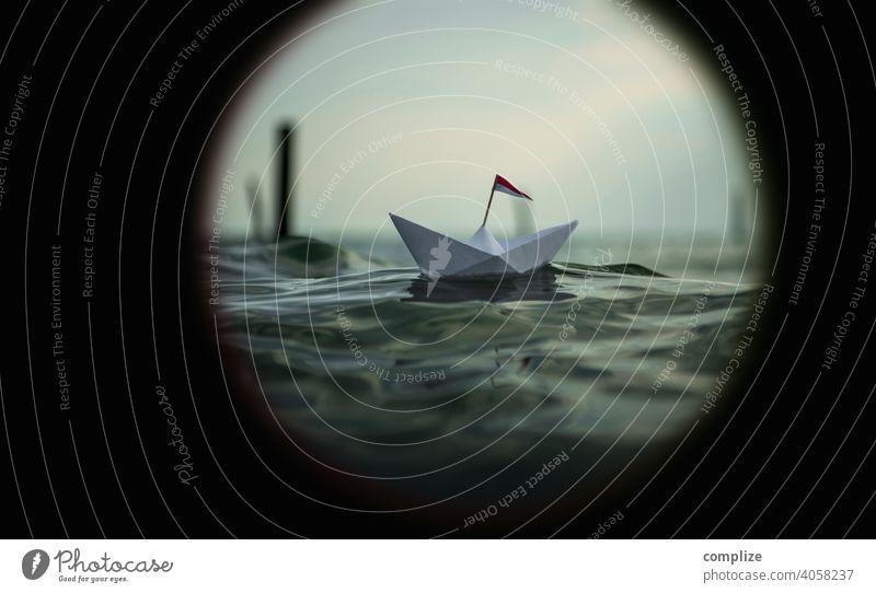 Blick durch ein Fernglas - Papierschiff in großen Wellen Fernweh Optik Fernrohr Reise Urlaub Wellengang Urlaubsstimmung reisen Sonnenuntergang Sommer Papierboot