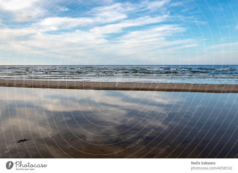Ebbe an der Ostsee mit Dämmerung Himmel Hintergrund Strand blau übersichtlich Wolken Küste Abenddämmerung Horizont heiß Landschaft tiefstehend Natur Meer