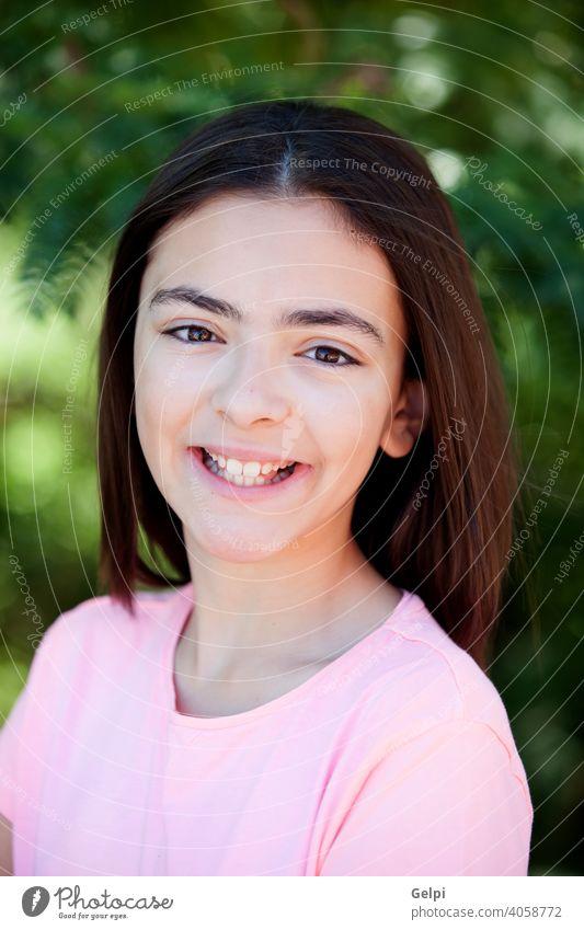 Adorable preteen Teenager Mädchen außerhalb Frau Park Porträt jung Natur Schönheit Glück Sommer hübsch Lächeln Person Kaukasier grün niedlich Menschen schön