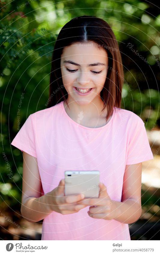 Adorable preteen Mädchen mit Handy Telefon Kind jung Mobile außerhalb hübsch Frau heiter Menschen Glück Person Teenager schön Kaukasier niedlich Foto Zelle