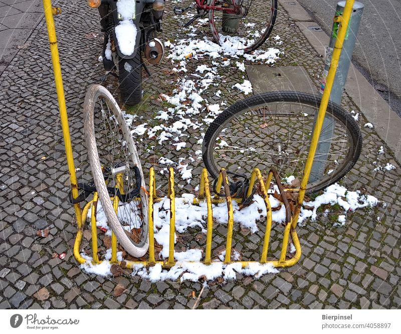 Zwei angeschlossene Vorderräder von Fahrrädern, der Rest der Fahrräder ist offenkundig gestohlen worden Vorderrad Fahrradständer Diebstahl Kriminalität