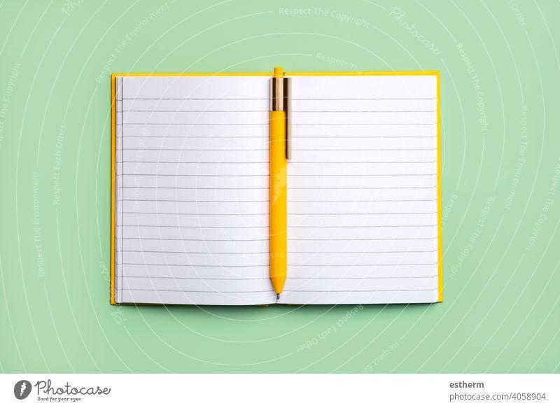 Offener Terminkalender mit Kopierfläche und gelbem Stift.Arbeitsbereich Schreibtisch Tagebuch Notizblock Schreibpapier Bleistift Attrappe Rahmen Gedächtnis