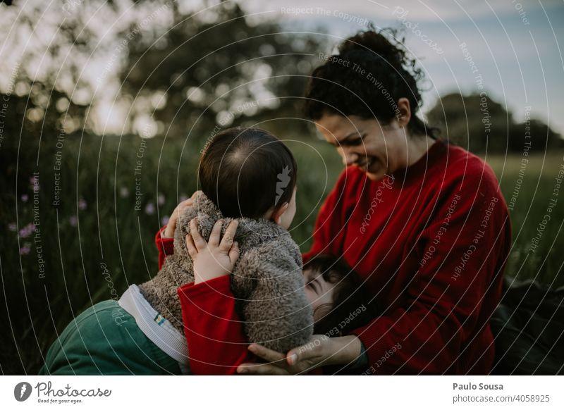 Mutter mit zwei Kindern im Freien Mutterschaft Muttertag Mutter mit Kind Familie & Verwandtschaft Kaukasier 1-3 Jahre 25-29 Jahre 30-45 Jahre Kindheit Frau