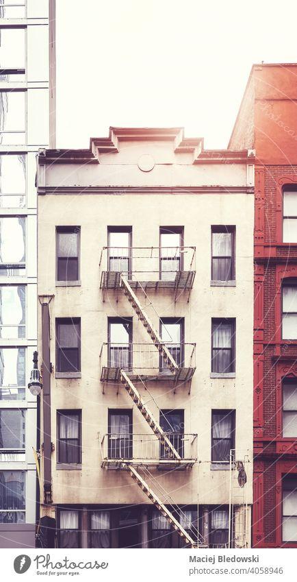 Mietshaus mit Feuerleiter in Manhattan, farbig getönt, New York City, USA. New York State Großstadt Feuertreppe Gebäude Haus altehrwürdig nyc retro Symbol