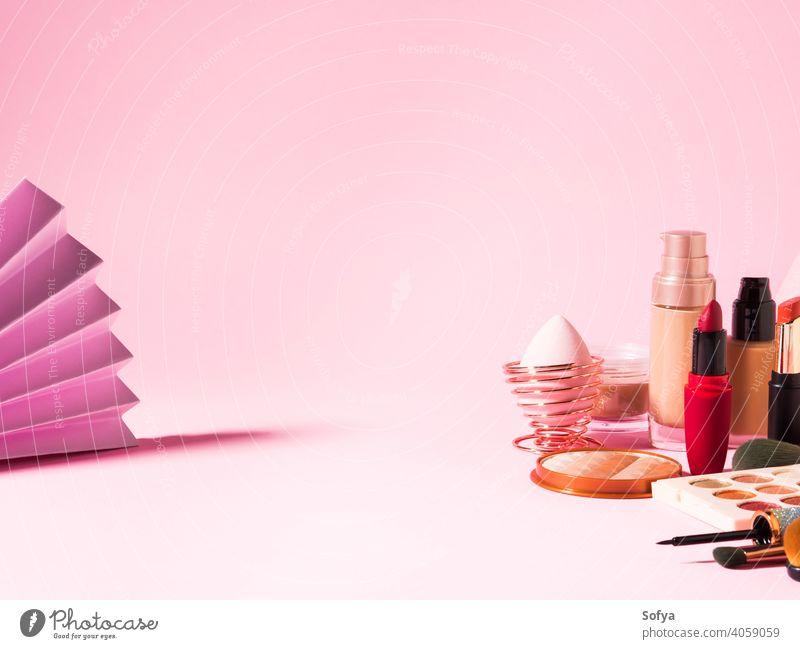 Verschiedene Make-up Schönheit Kosmetik-Produkte auf rosa Lippenstift Valentinsgruß Hintergrund kaufen Fundament zusammenstellen Bürste Anzeige professionell